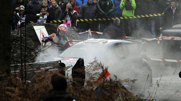 Mikko Hirvonen v průběhu první etapy Britské rallye havaroval a přišel o šanci získat titul mistra světa.
