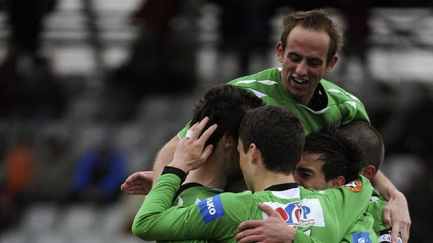 Fotbalisté Jablonce se radují z gólu proti Bohemians 1905.