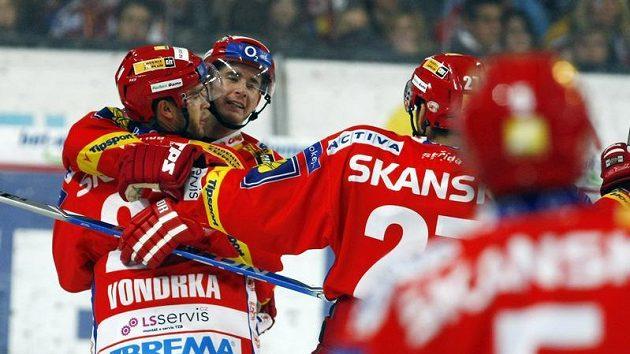 Michal Vondrka (vlevo) se raduje s Romanem Červenkou (druhý zleva) z branky Slavie.