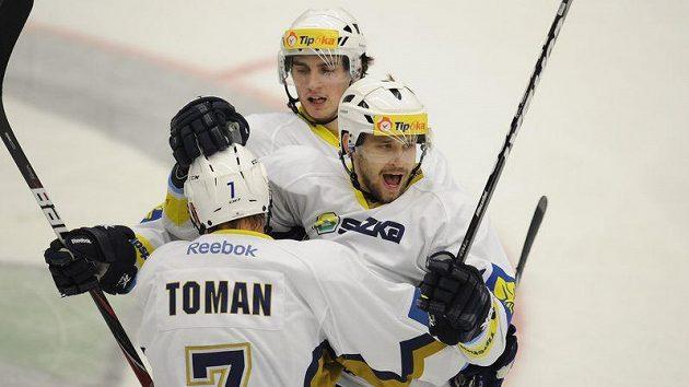 Hokejisté Kladna se radují se střelcem gólu Markem Hovorkou (vpravo)