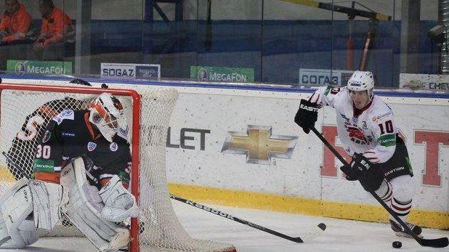 Roman Červenka z Omsku vyčkává za brankou Popradu, na jehož ledě dvakrát skóroval.