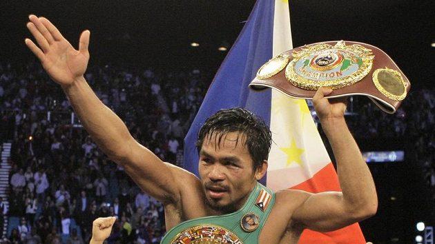 Filipínský boxer Manny Pacquiao slaví výhru nad Miguelem Cottem