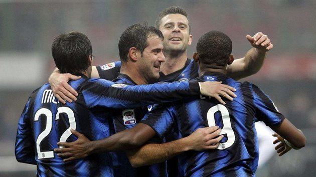 Fotbalisté Interu Milán se radují z branky.