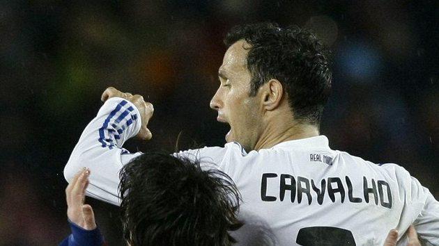 Ricardo Carvalho v dresu Realu Madrid fauluje Lionela Messiho z Barcelony.