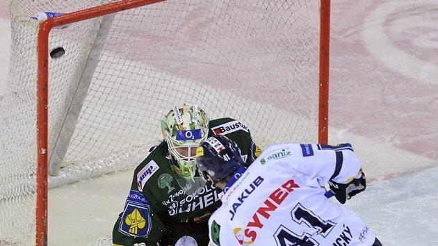 Liberecký Andrej Podkonický střílí gól do sítě brankáře Karlových Varů Lukáše Mensatora.