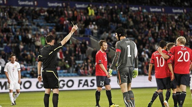 Zkáza v Oslu se naplnila... Brankář Petr Čech inkasuje žlutou kartu a za chvíli dostane z penalty gól na 3:0.