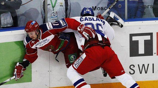 Alexander Galimov v ruském dresu (vlevo) v souboji s českým obráncem Čáslavou