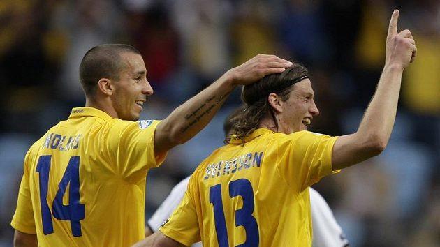 Švédský fotbalista Gustav Svensson (vpravo) oslavuje se spoluhráčem Molinsem gól v utkání ME fotbalistů do 21 let proti Bělorusku.