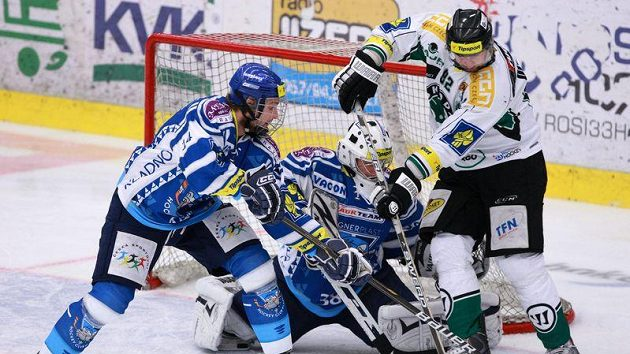 Tomáš Divíšek z Mladé Boleslavi (vpravo) se snaží překonat kladenského brankáře Martina Faltra.