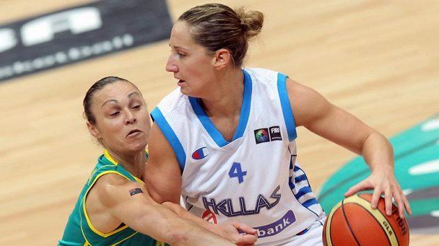 Australská basketbalistka Tully Bevilaquaová (vlevo) se snaží odebrat míč Řekyni Dimitře Kalantzeové.