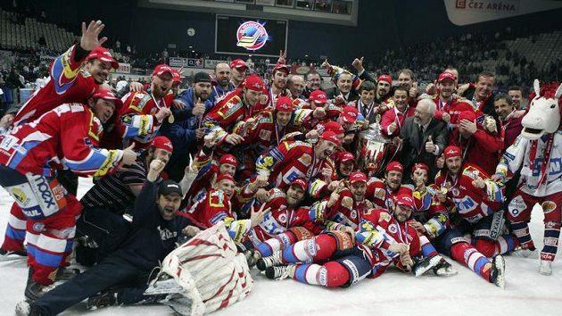 Hokejisté Pardubic s pohárem pro mistra extraligy 2009/2010.