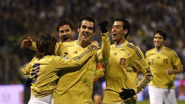 Fotbalisté Španělska se radují z branky Davida Silvy (třetí zleva) do sítě Bosny a Hercegoviny.