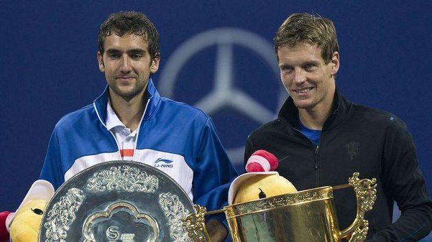 Tomáš Berdych (vpravo) po vítězství na turnaji v Pekingu.