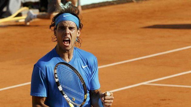 Rafael Nadal oslavuje získaný fiftýn ve čtvrtfinálovém duelu French Open s Robinem Söderlingem.