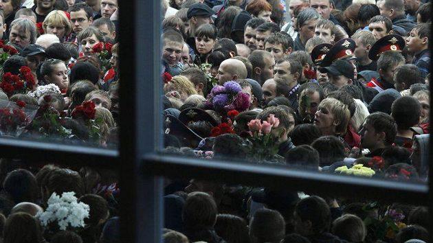Davy lidí čekaly před stadiónem, aby se mohly rozloučit s hokejisty Jaroslavle.