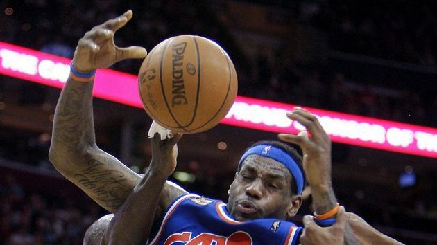 LeBron James (23) nastřílel Bostonu třicet bodů.