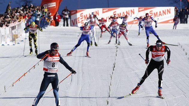 Martin Jakš (třetí zleva) finišuje v Oberstdorfu pro třetí místo ve čtvrtém dílu Tour de Ski.