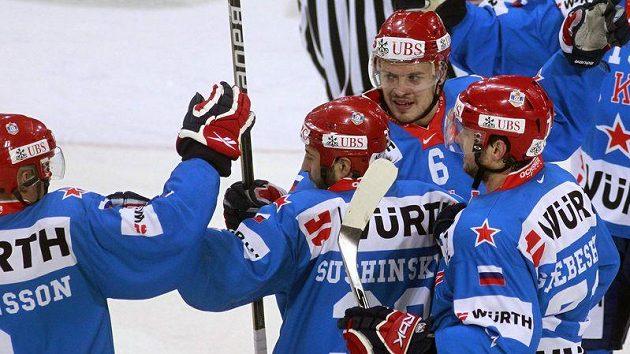 Hokejisté Petrohradu se radují z branky, kterou vstřelili Kanadě ve finále Spengler Cupu.