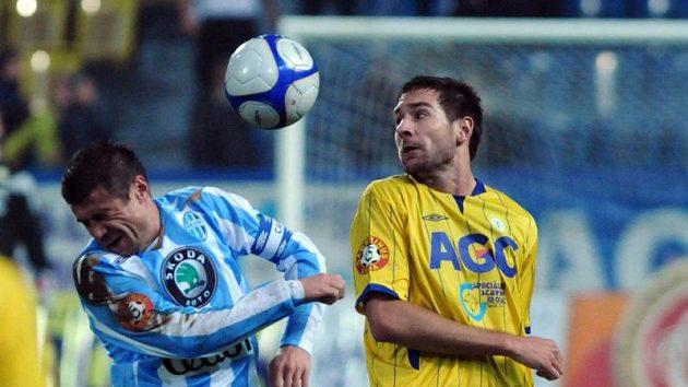 Mladoboleslavský kapitán Marek Kulič (vlevo) v souboji o míč s Michalem Smejkalem z Teplic.