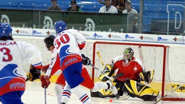 Čeští hokejbalisté v utkání proti Švýcarsku