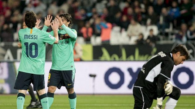 Bojan Krkic (druhý zleva) a Lionel Messi slaví další gól barcelony. Gólman Almeríe Diego Alves je na kolenou.
