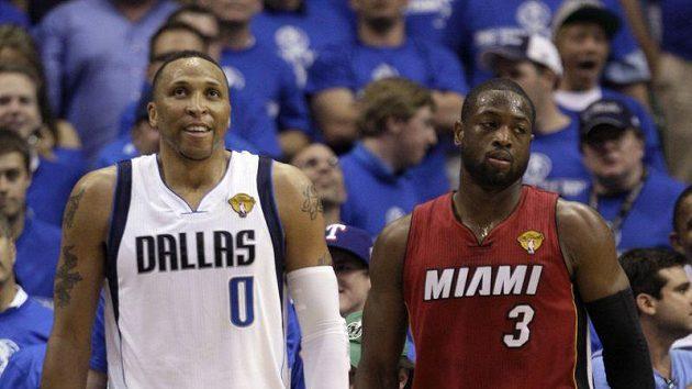 Shawn Marion z Dallasu (vlevo) a Dwayne Wade z Miami