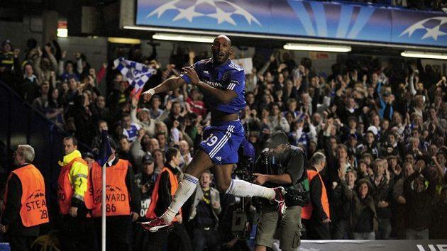 Nicolas Anelka v dresu Chelsea se raduje z branky.