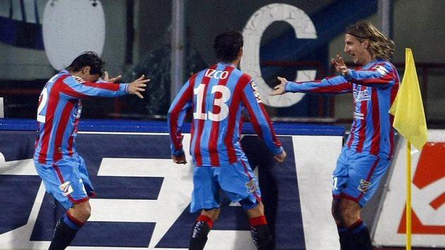 Hráči Catanie Maxi Lopez (vpravo), Mariano Julio Izco (uprostřed) a Alvarez oslavují gól vstřelený Interu Milán.