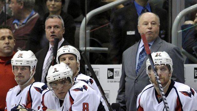 Bruce Boudreau (vpravo) na střídačce hokejistů Washingtonu