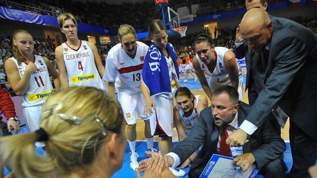 Lavička českých basketbalistek na archivním snímku.