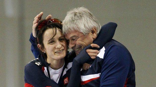 Martina Sáblíková oslavuje s trenérem Novákem.