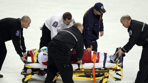 Zraněného Petra Šenkeříka odvážejí z ledu.