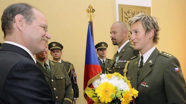 Náměstek ministra obrany Jaroslav Kopřiva oceňuje oštěpařku Barboru Špotákovou