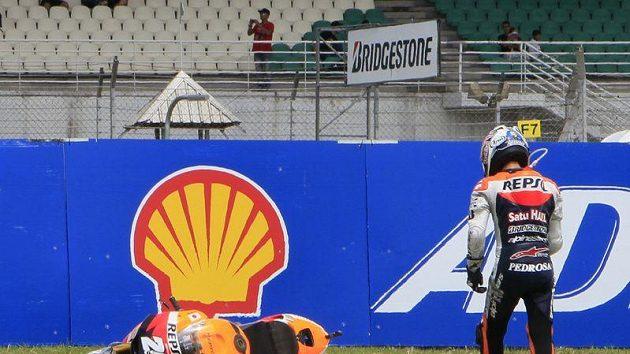 Jezdec MotoGP Dani Pedrosa během kvalifikace v Sepangu havaroval.