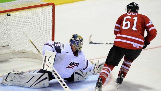 Kanadský útočník Rick Nash (vpravo) střílí rozhodující gól v penaltovém rozstřelu s USA. Vlevo brankář Ty Conklin.