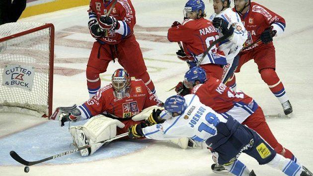 Finský hokejista Jesse Jönsuu (18) se natahuje za pukem, brankář Jakub Štěpánek jen bezmocně přihlíží. Z téhle situace ale gól nepadl.
