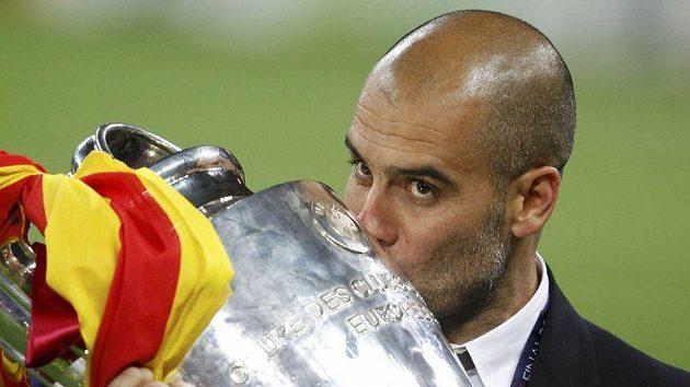 Trenér Barcelony Pep Guardiola s trofejí pro vítěze Ligy mistrů. Zkusí nyní štěstí jinde?