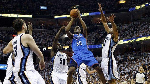 Kevin Durant z Oklahomy (uprostřed) mezi hráči Memphisu.