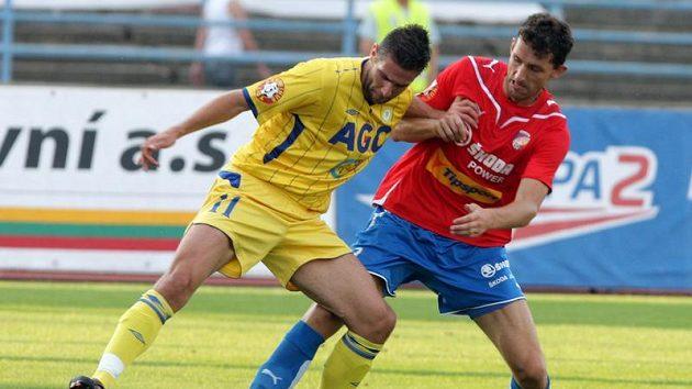 Andrej Hesek z Teplic (vlevo) si kryje míč před plzeňským Tomášem Hájovským.