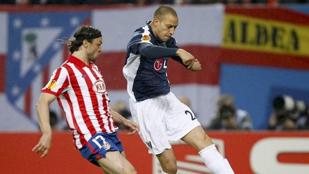 Český obránce v dresu Atlétika Madrid Tomáš Ujfaluši (vlevo) stíhá Bobbyho Zamoru z Fulhamu.