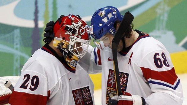 Jaromír Jágr (vpravo) a brankář Tomáš Vokoun při olympijském turnaji ve Vancouveru.