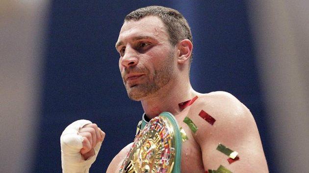Boxer Vitalij Kličko obhájil mistrovský pás v těžké váze.
