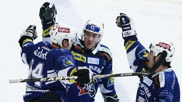 Hokejisté Plzně se radují z branky do sítě Slavie.