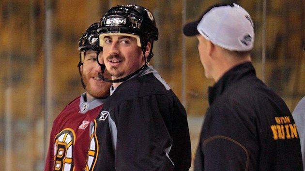 Tomáš Kaberle (uprostřed) na tréninku hokejistů Bostonu