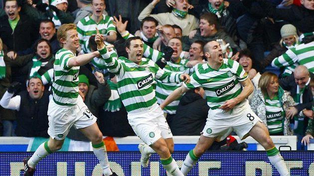 Scott McDonald (uprostřed) slaví se spoluhráči z Celtiku gól, kterým rozhodl derby s Rangers.