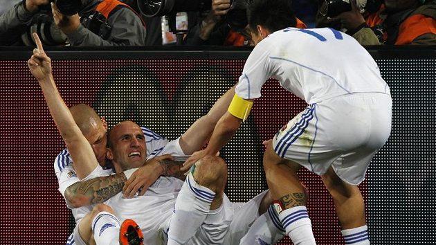 Slováci se radují z druhého gólu do sítě Italů.