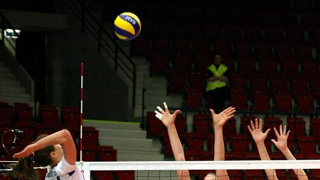 České volejbalistky Ivana Plchotová (vpravo) a Aneta Havlíčková se snaží zblokovat Francouzku Camille Crousillatovou.