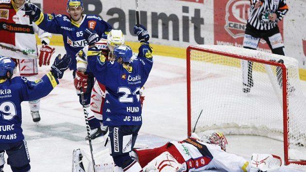 Hokejisté Vítkovic se radují z gólu do sítě Slavie