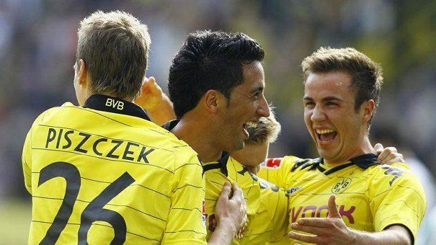 Lucas Barrios (uprostřed) oslavuje se spoluhráči z Borussie Dortmund gól.