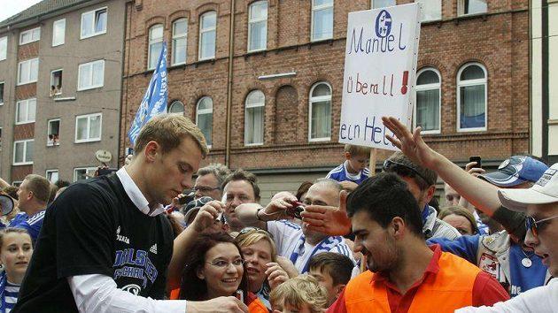 Brankář Schalke Manuel Neuer v zajetí fanoušků.